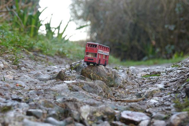 でこぼこ道を走るバス