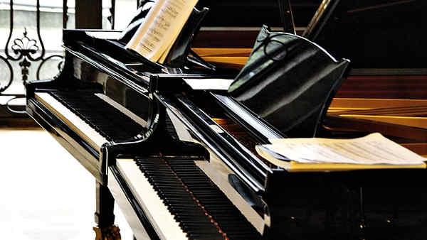 複数並んでいるグランドピアノ
