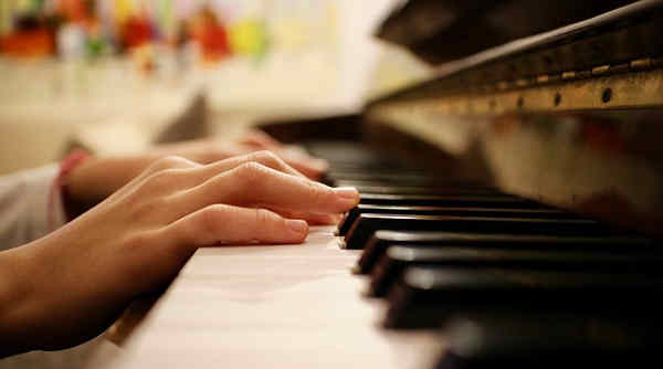 練習したくない子どもの手とピアノ