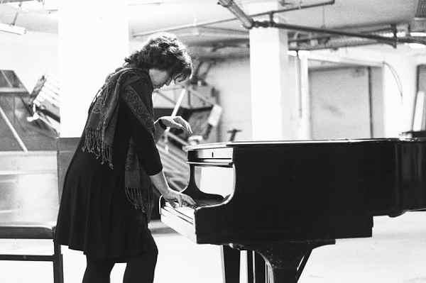 ピアノの練習をしている女性