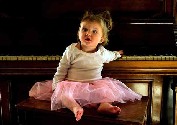 ピアノに座る女の子