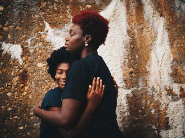 安心して抱きしめ合う親子