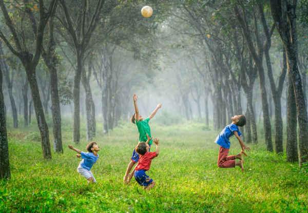 ボール遊びをする男の子たち
