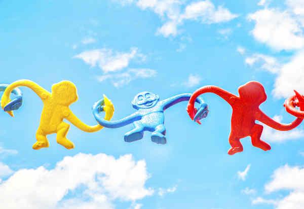 おもちゃのサルと青空