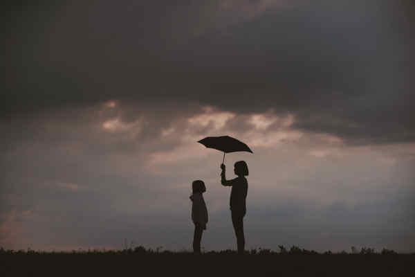 傘を差しだす人