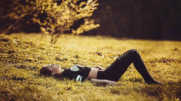 芝生で寝ころぶ女の子