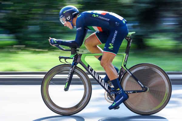 自転車をこぐ男性