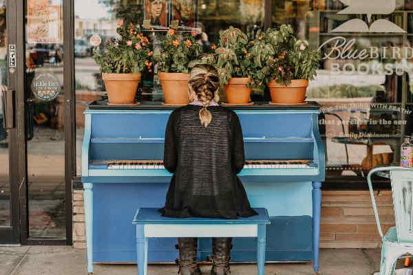 外でピアノを弾く女性