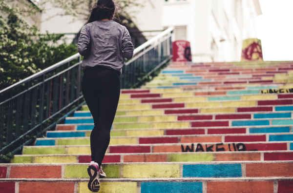 階段を走る女性