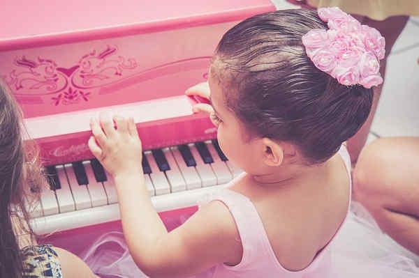 おもちゃピアノを弾く子供
