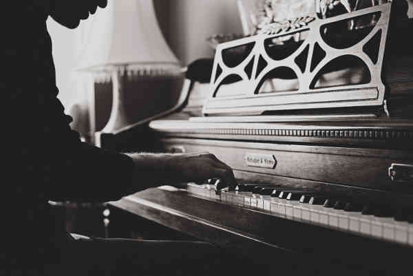 アンティークなピアノを弾いている人