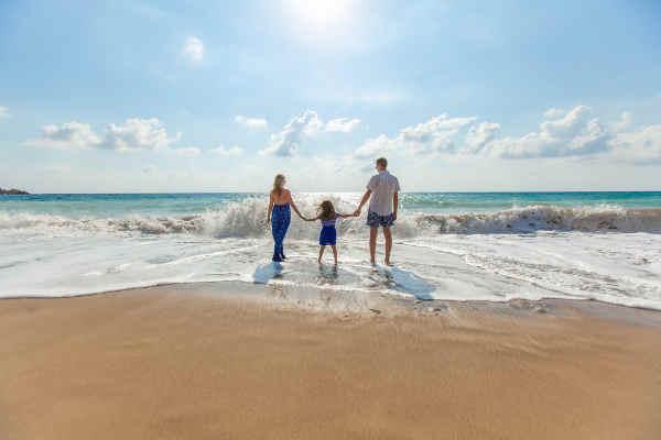 海を歩く親子