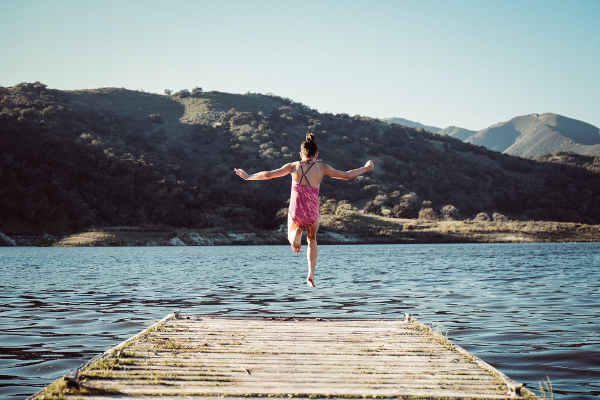 湖にジャンプする女の子