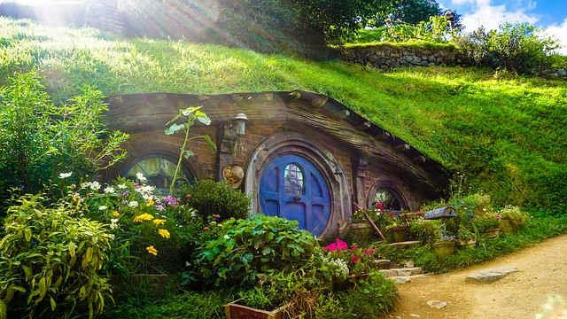 丘の下にある不思議な家