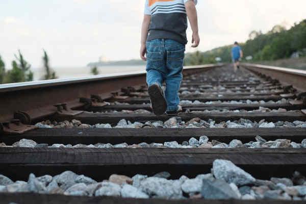 線路を歩く子ども