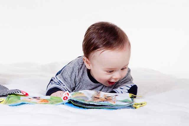 絵本をみる赤ちゃん