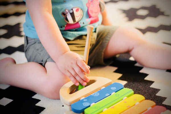 ミュージックトイで遊ぶ幼児