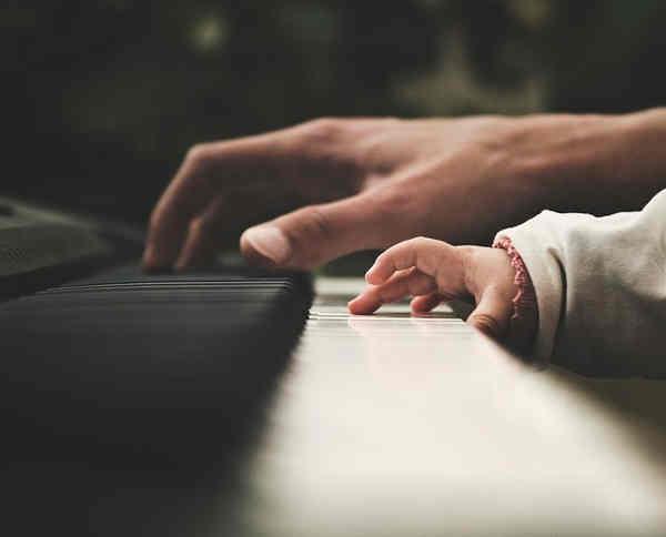右手でピアノを弾く