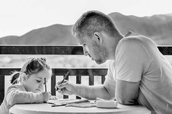 子供に勉強を教える大人