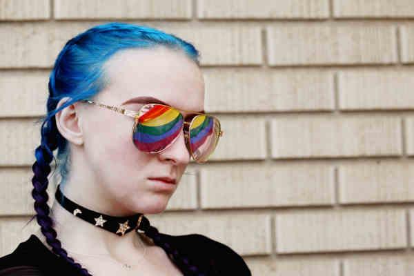 青い髪と虹色のサングラスをかけた女性