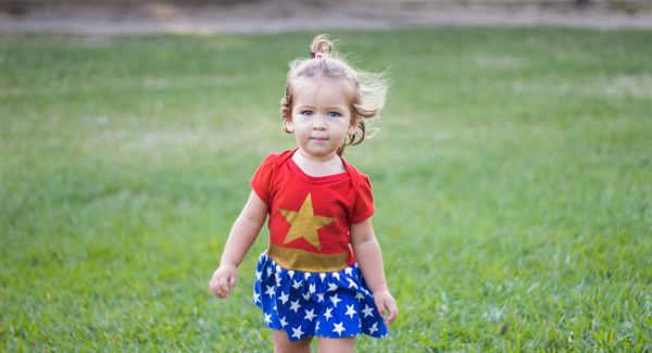 しっかりと前を向いて歩く3歳の女の子
