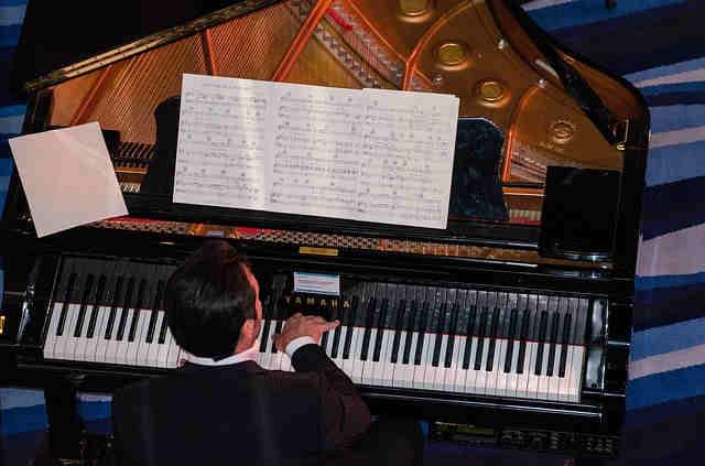 演奏会でピアノを弾く男性