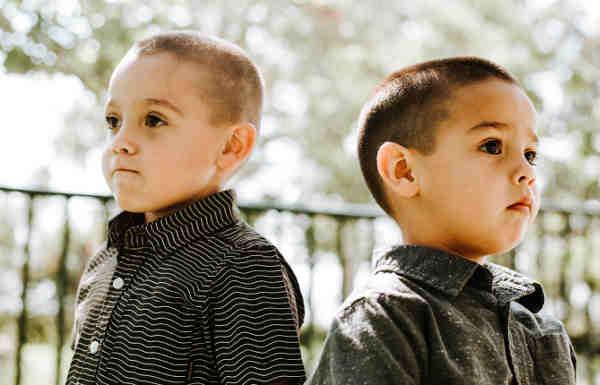 別方向を向いている2人の男の子