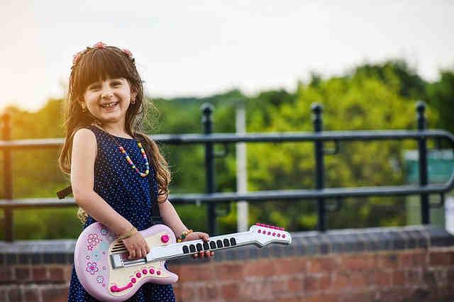 おもちゃギターを楽しむ女の子