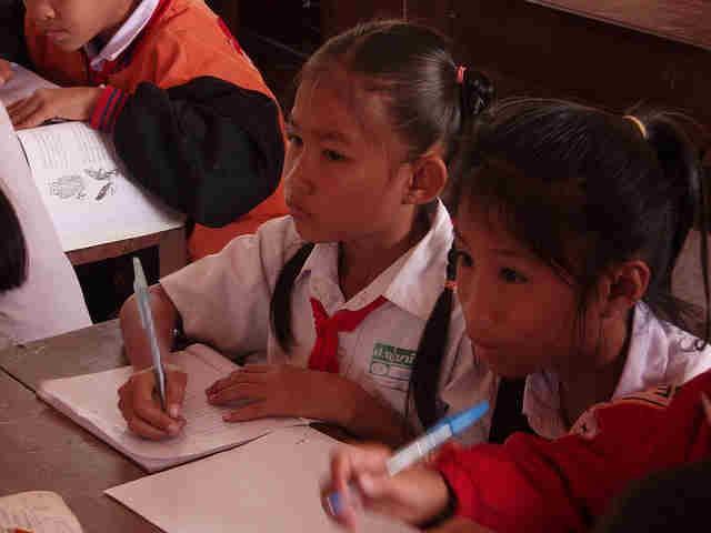学校で勉強する子供たち