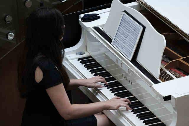 ピアノ演奏をする女性