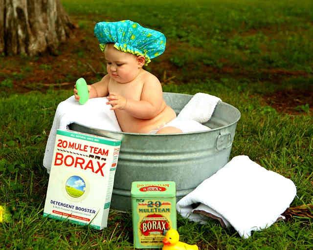 たらいで水浴びをする赤ちゃん