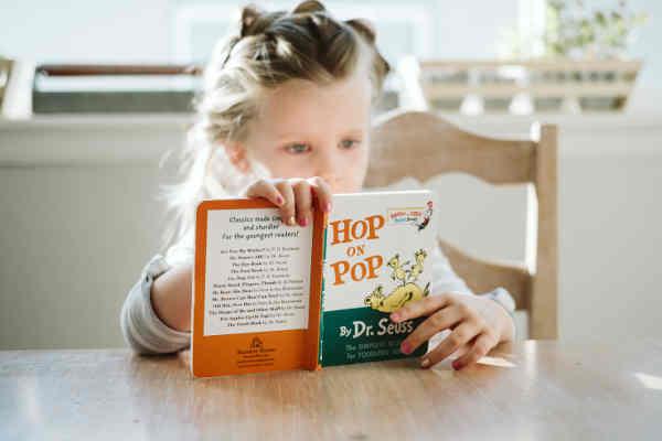 1人で本を読む女の子