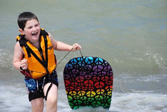 海でボディボードを楽しむ子供