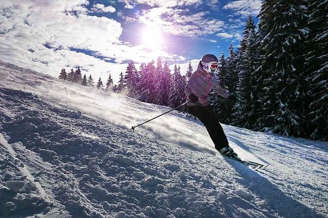 スキーで滑る子供