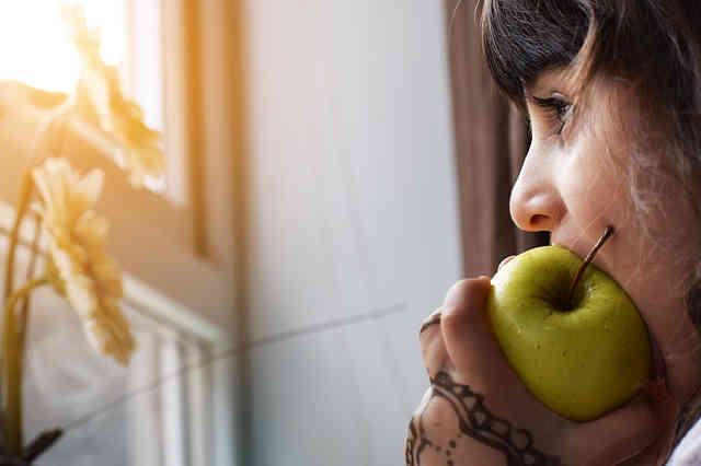 リンゴをかじる女の子