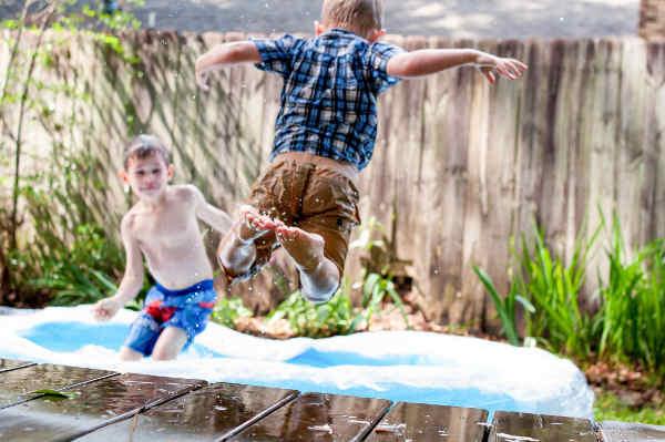 プールにジャンプする子供