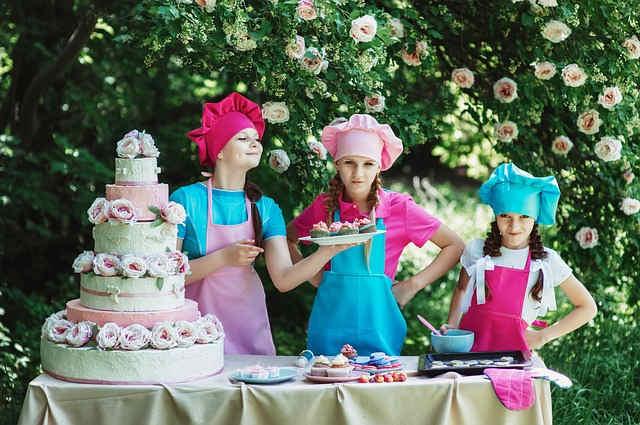お菓子作りをする3人の女の子たち