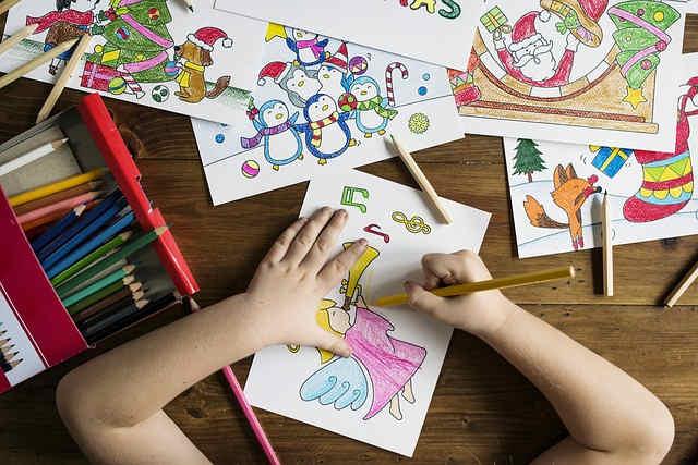 イラスト教室で塗り絵をする子供