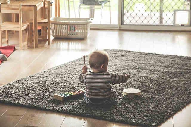 木琴とタンバリンで遊ぶ赤ちゃん