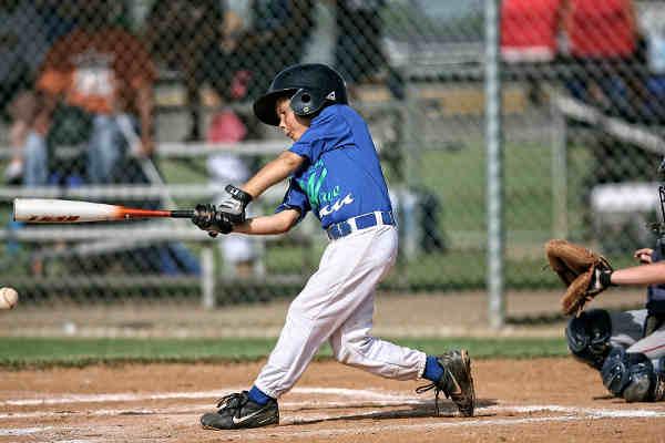 バッターボックスで球を打つ子供(野球)