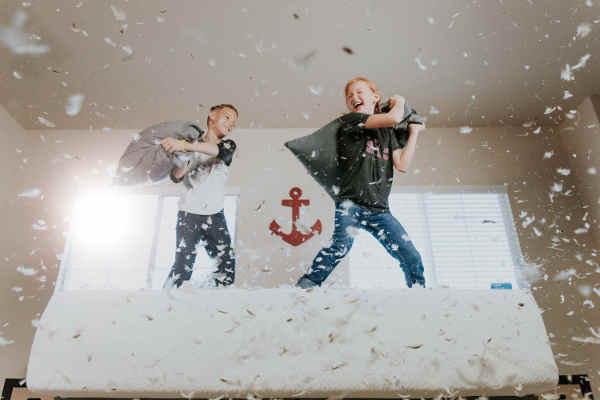 布団の綿を散らかす2人の男の子