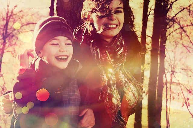 笑顔で森を散歩する母親と男の子