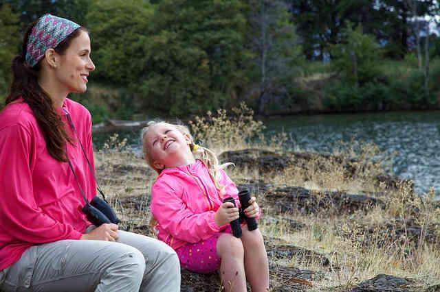 河原で遊ぶ親子