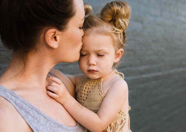 悩みを抱える母親と女の子
