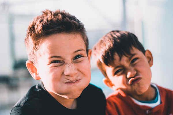 変顔をする2人の男の子