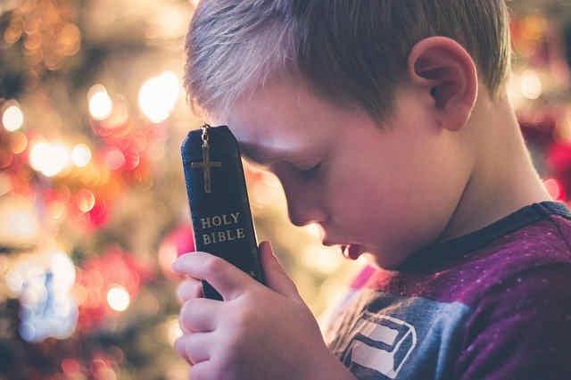 祈る男の子