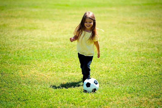 サッカーをする女の子