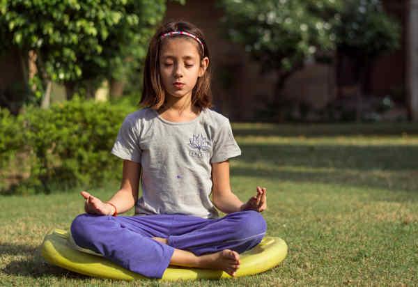 瞑想をする女の子
