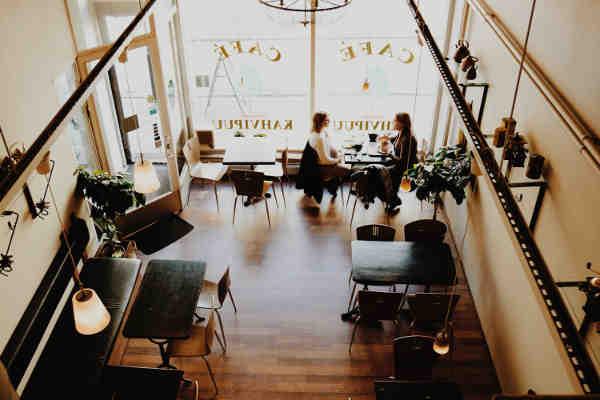 カフェを上から見ている写真
