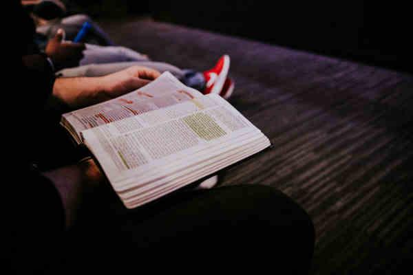 本を読む人達